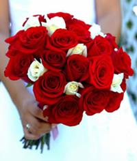 fotografía original de un ramo muy bonito de rosas blancas y rojas