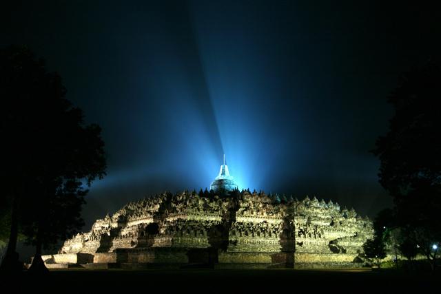 Gambar  Candi Borobudur di Malam Hari, sorot lampu