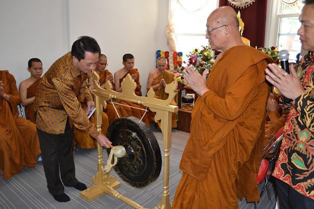Konsul Jenderal Republik Indonesia (KJRI) di New York, Ghafur Akbar Dharmaputra memukul gong dalam upacara peresmian Vihara Parivara Dhamma Acala, Minggu (21/6/2015).