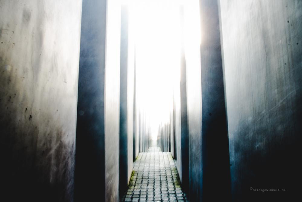 Fotografische Langzeitbelichtung von Betonstelen und Licht