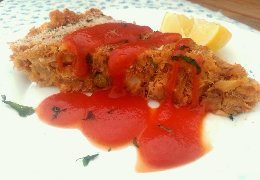 Un forma muy original de comer pescado: en formato tarta con salsa de tomate