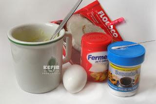 Eis uma receitinha fácil de bolinho de caneca emagrecedor. vai manteira, ovo, fermento, adoçante e coco ralado e assa no microondas.