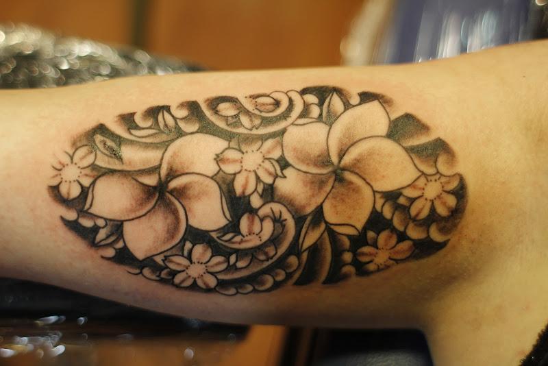 Zo'n vette japanse tattoo met van die bloemen voor Kim title=