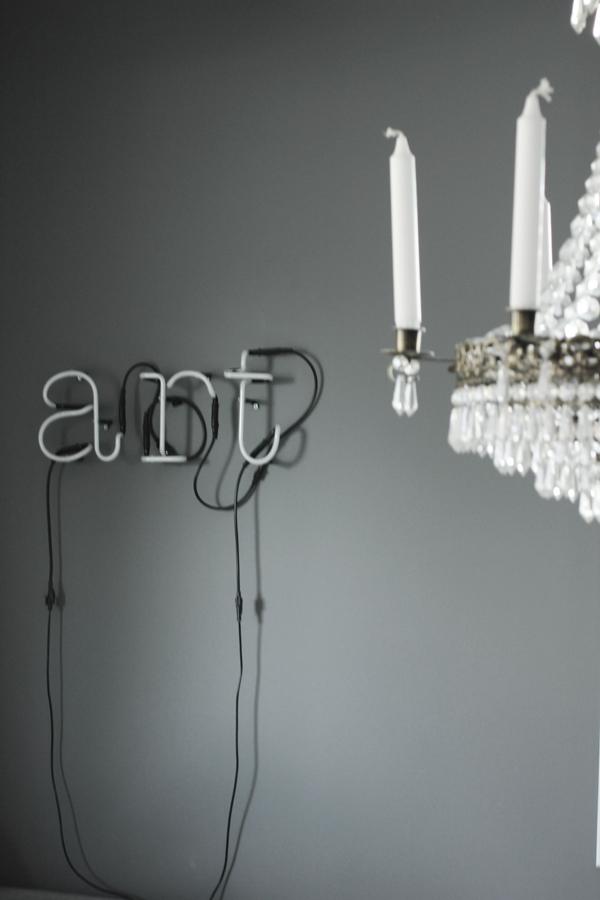 neon, neonljus, neonlampa, neonlampor, grått, grey, vardagsrum, vardagsrummet, art, bokstäver lampa, bokstav,