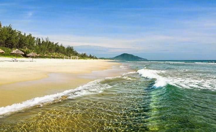 nước biển tại bãi biển lăng cô huế