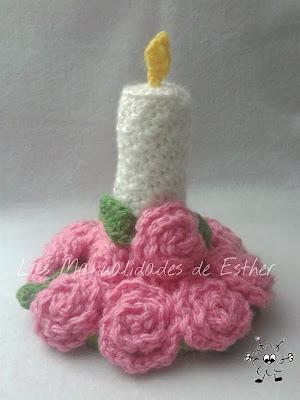 centro de mesa compuesto por una vela y rosas realizado a crochet