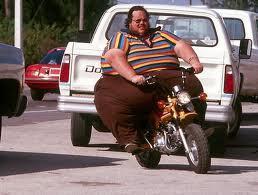 Smešne slike: Debeli klinac sedi na motoru