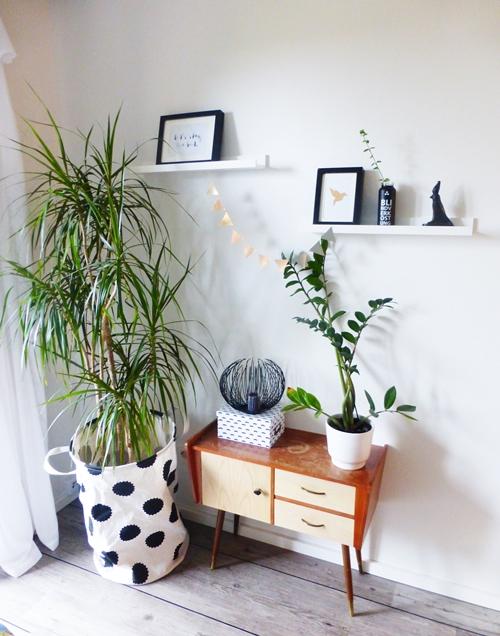 Pflanze, Bilder und ein Retro-Vintage-Schränkchen im Schlafzimmer
