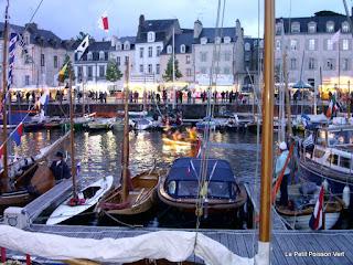 Start van de kleine bootjes parade in het bassin van Vannes, geleid door de muziekboot