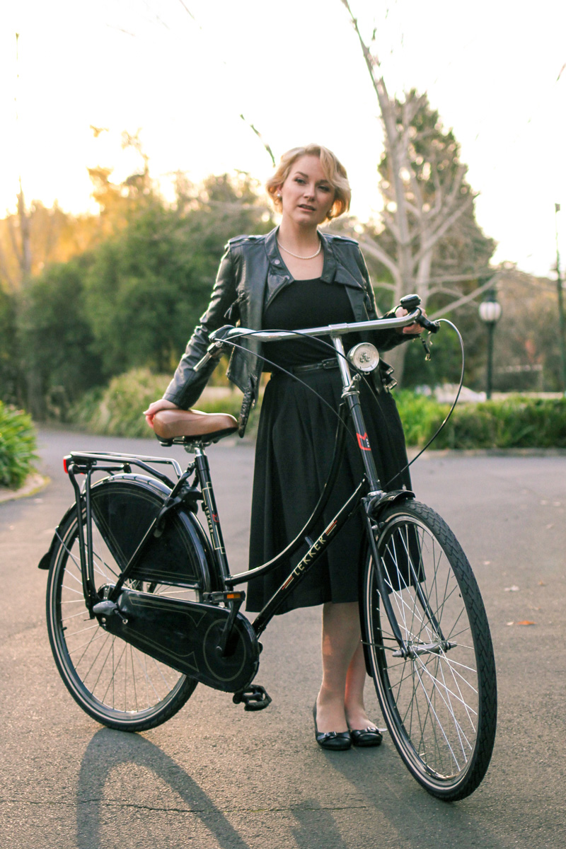 @findingfemme wears black Modcloth skirt, black leather jacket and black ballet flats on black Lekker bike.