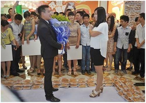 Menarik Lelaki Warga China Melamar Kekasihnya Menggunakan 1000 Hot Dog