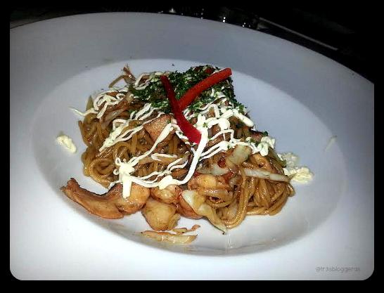 yakiyoba, tallarines salteados con verduras y marisco - tastem restaurante japonés valencia