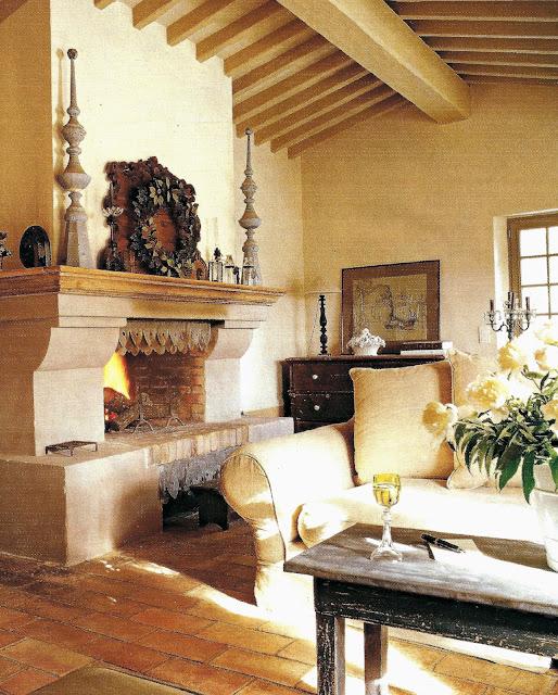 salón con chimenea, techo abuhardillado, estilo rústico