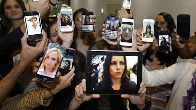 """""""Selfie"""" se ha convertido en la palabra del año, anunciaron los ejecutivos del Diccionario Oxford, en inglés, porque su uso se incrementó en un 17.000 por ciento en el último año. """"Selfie"""" fue la ganadora unánime superando nuevamente a la competencia de palabras como """"twerk"""", según un comunicado de la empresa. """"Selfie"""", que también se ha popularizado entre los jóvenes de América Latina, es básicamente sinónimo de autorretrato, pero con un toque de tecnología debido a su uso generalizado en los medios de comunicación social y en sitios para compartir fotografías como Facebook, Instagram o Flickr. La definición oficial de"""