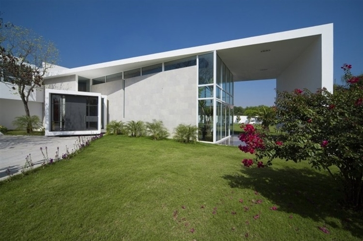 Entrance of Beautiful white house by 7xa Taller de Arquitectura
