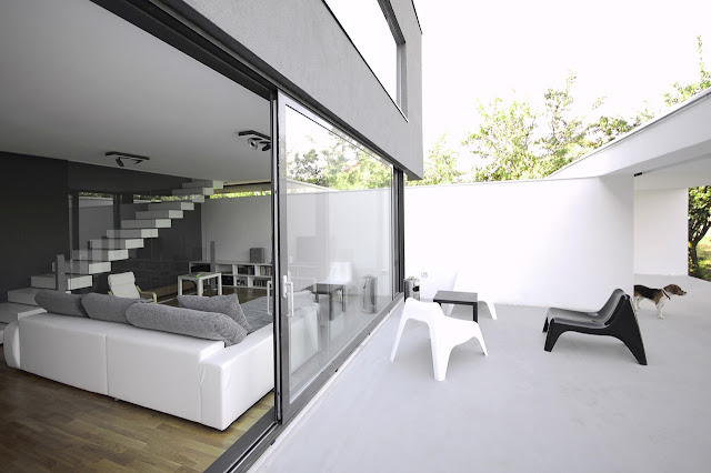 Open glass wall to the terrace
