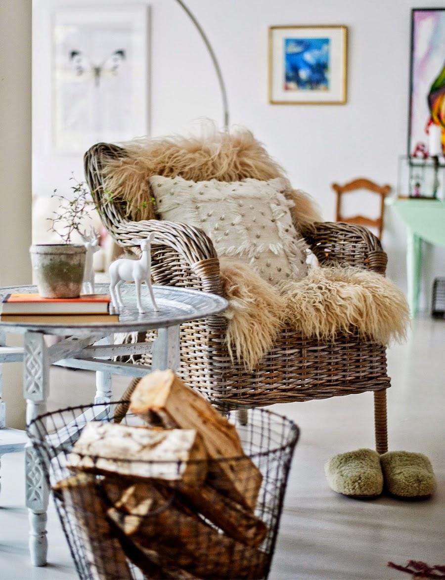 wystrój wnętrz, wnętrza, urządzanie mieszkania, dom, home decor, dekoracje, aranżacje, mieszanka stylów, białe wnętrza, otwarta przestrzeń, salon, jadalnia, kominek, piecyk, ratanowy fotel, skóra