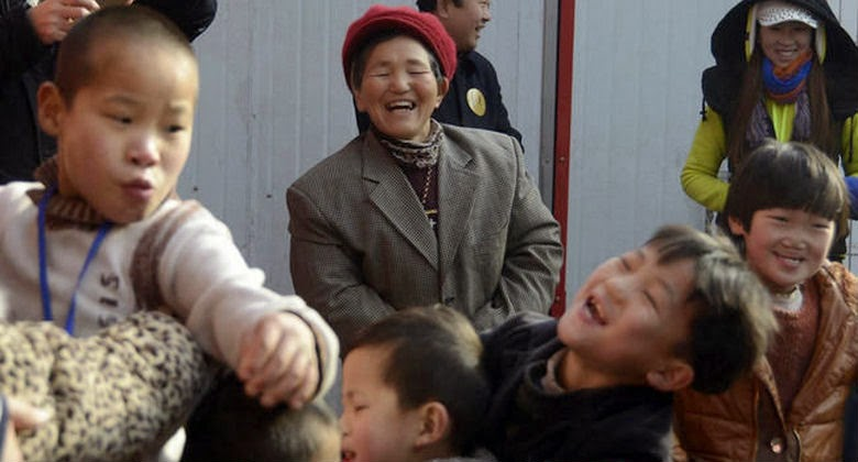Nenek ini Dihukum Pemerintah Karena Adopsi 40 Anak yang Terlantar