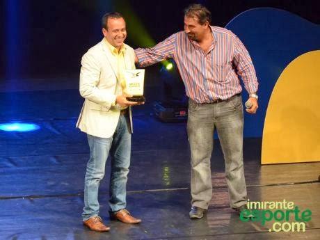 O atirador Ben-Hur Nóbrega recebe das mãos do presidente da FMTE o Troféu Mirante Esporte 2013 - Foto: Imirante/Paulo de Tarso Jr