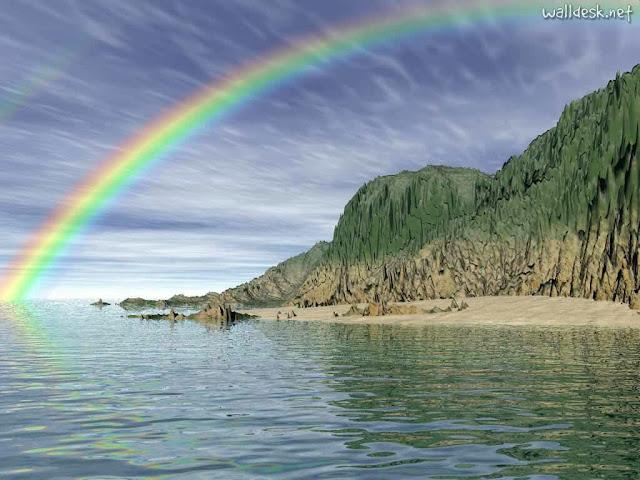 Belo arco-íris sobre praia no litoral