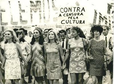 Foto em preto e branco com mulheres em passeata com um cartaz escrito: contra a censura pela cultura