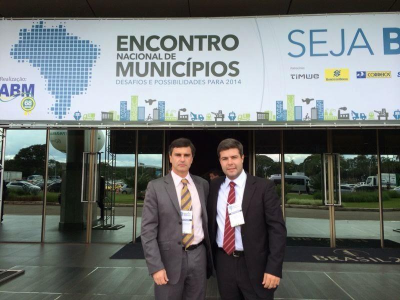 Subsecretário de Meio Ambiente, Leandro Coutinho, acompanhado pelo Subsecretário Administrativo, Eduardo Niebus, na abertura do Encontro Nacional de Municípios