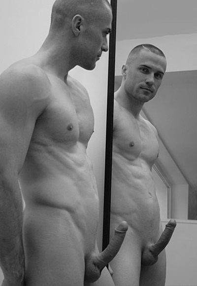 Uma Foto Em Preto E Branco De Um Homem Lisinho Gostoso Pelado