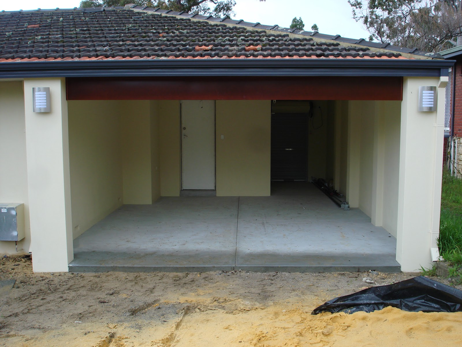 Jarrah jungle the garage doors are the icing on the cake the pelmet wasnt installed flush against the ceiling either so we asked him to fix that as well which he did after a little convincing when he came back rubansaba
