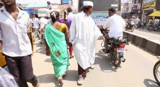رجل هندي يمشي للوراء لمدة 25 عاما