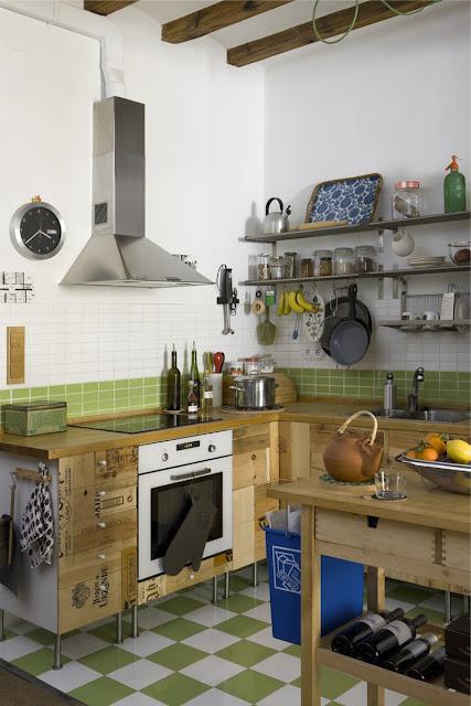 weiße Faktum-Küche von IKEA in neuem Kleid: spanische Weinsteigen verzieren die Türen
