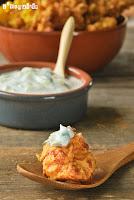 Buñuelos de coliflor especiados con dip de yogur