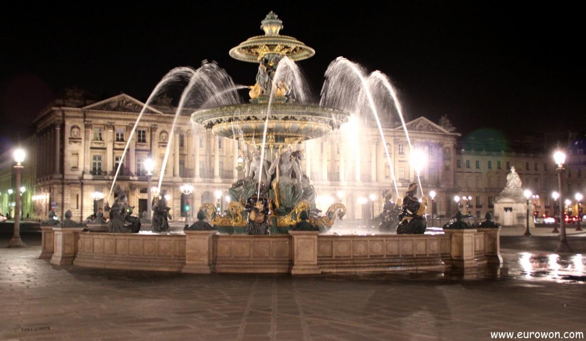 Fuente de la plaza de la Concordia de noche