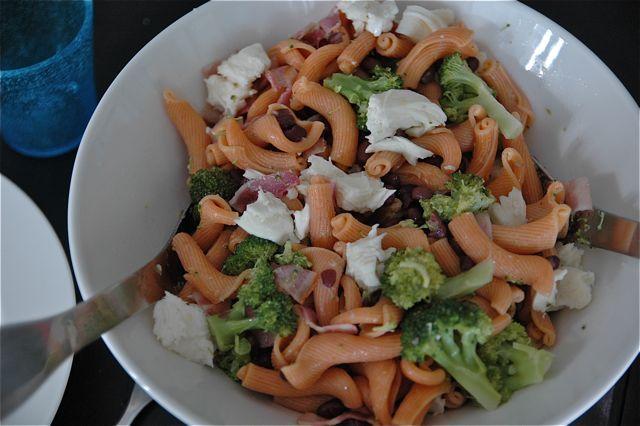 Värikäs pastasalaatti