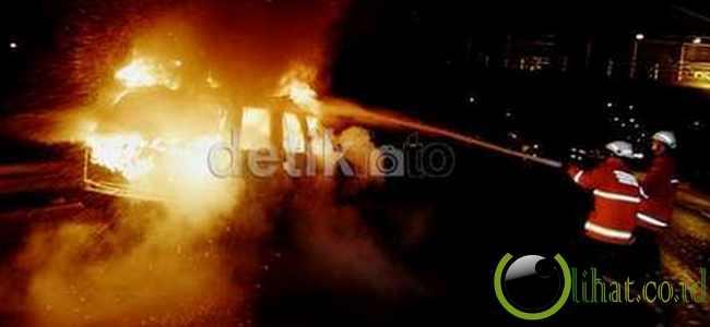 Livina Tabrak Trailer Lalu Terbakar di Tol JORR