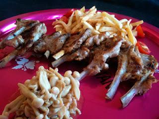 Cocina con Aníbal Chuletitas de cordero con setas shimeji blancas al ajillo