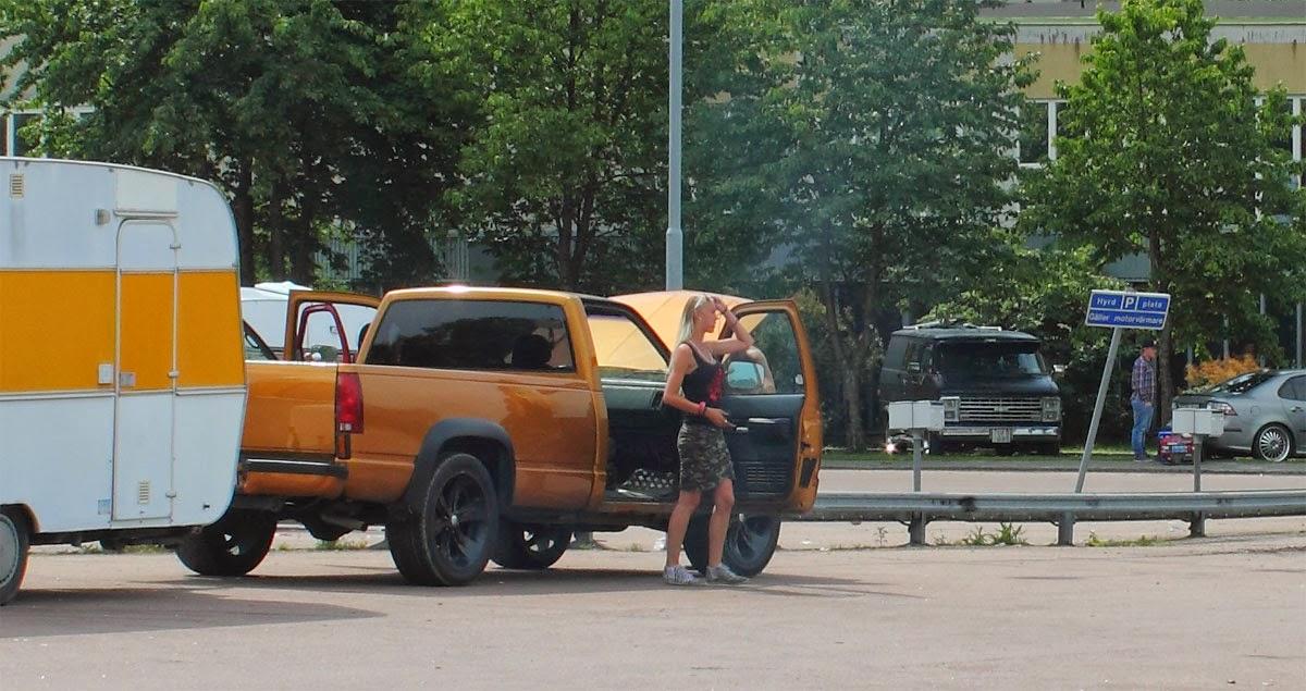 Många som tagit med sig husvagnen. Bekvämt och bra boende.