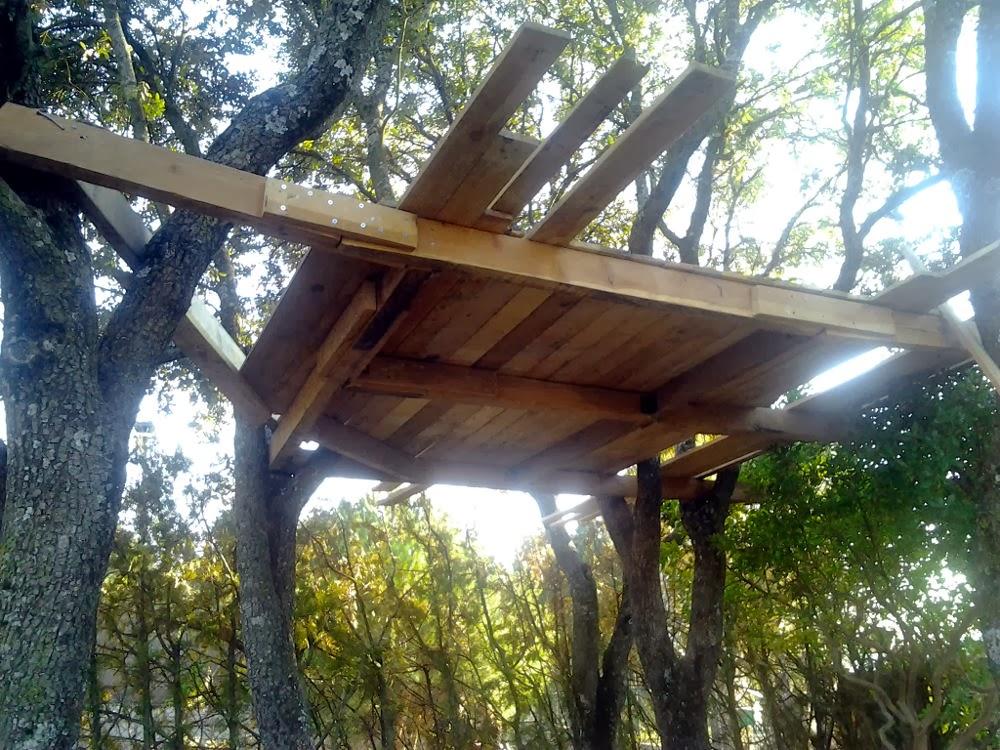 a continuacin comenzamos a colocar tablillas de madera de pals a las vigas principales
