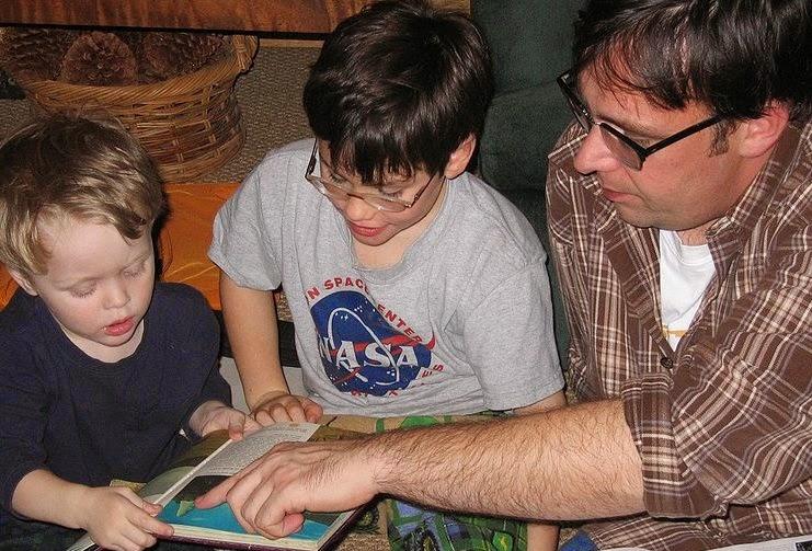 niños hogar lectura biblia