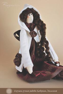 Кукла Тильда Розмарин в белом пальто и замшевых сапожках