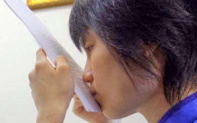 Pantang Menyerah, Gadis Tunanetra ini Membaca Lewat Bibir