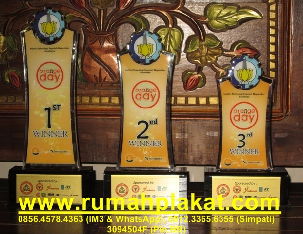 display akrilik surabaya, aneka bentuk tempat brosur, contoh piala akrilik 1 set, 0856.4578.4363, www.rumahplakat.com