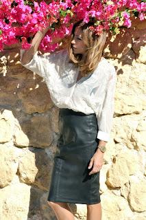 http://2.bp.blogspot.com/-dicv9L9x9QM/UjYWy6KnZyI/AAAAAAAAaOY/llSGIJk3aDY/s1600/falda+tubo+negra+tipo+piel+y+camisa+2.jpg
