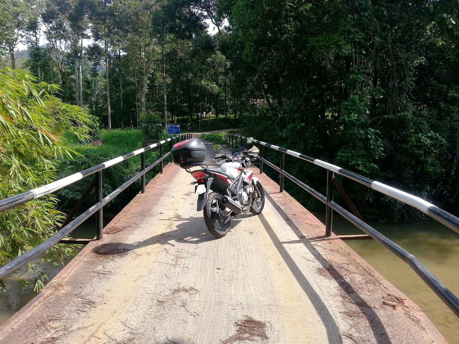 Tiba di satu jambatan kecil yang merentasi sungai bernam. berhenti