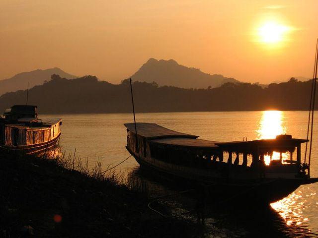 Ngồi thuyền đi dạo trên sông Mêkông vào lúc hoàng hôn