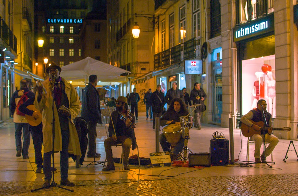 street band in chiado lisbon