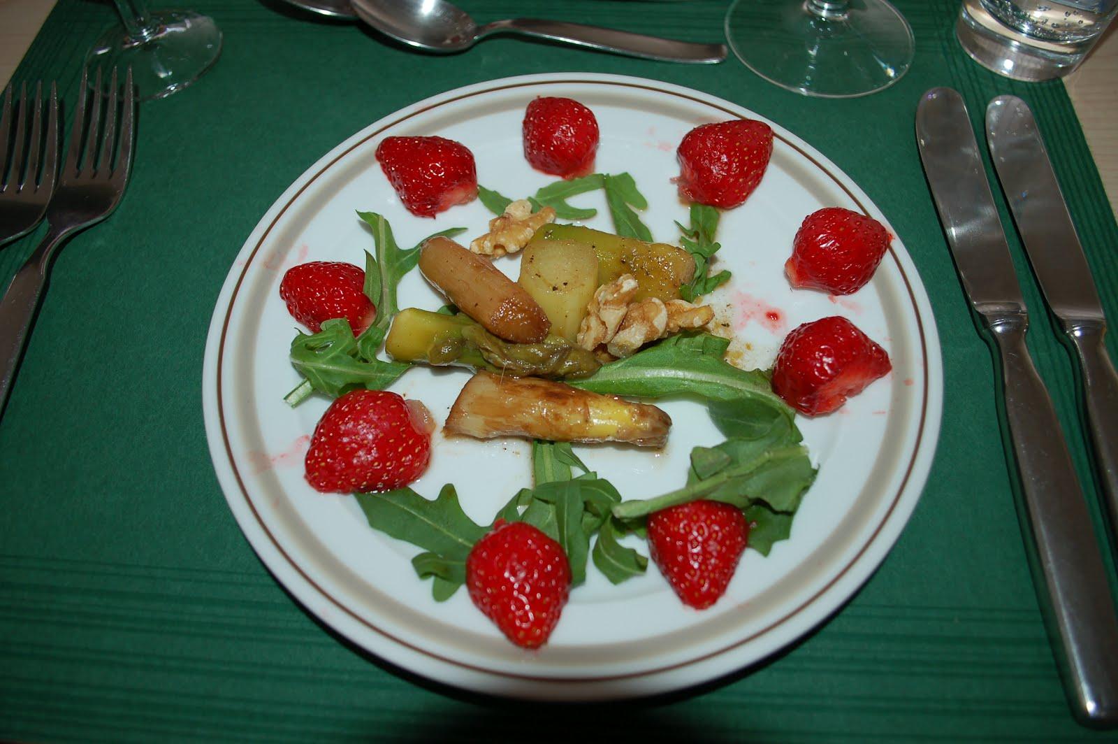 gourmetprinzessin vorspeise salat mit spargel und erdbeeren. Black Bedroom Furniture Sets. Home Design Ideas