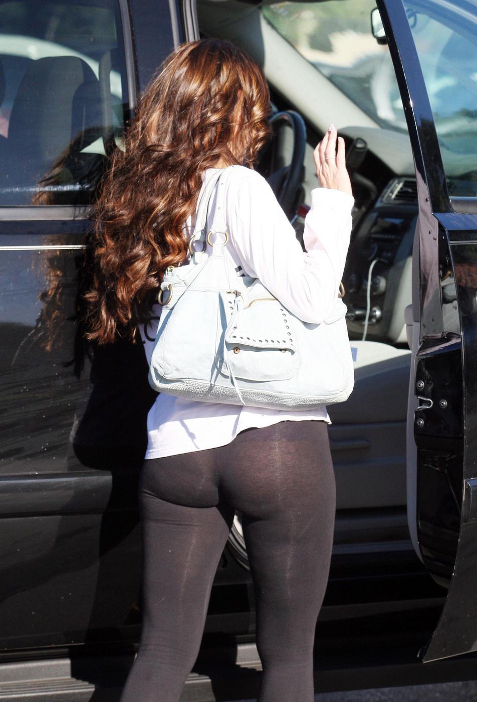 Nicki Minaj Wears See Through Tights Wear leggings as trousers.