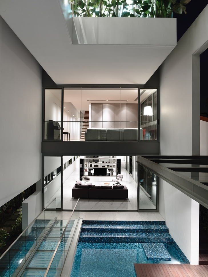 Amazing narrow dream home in singapore by hyla architects for Modern house designs with indoor pool