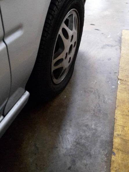 Pemilik Kereta Mewah GTR Sengaja Pancitkan Tayar Kereta Kancil di Sebelahnya