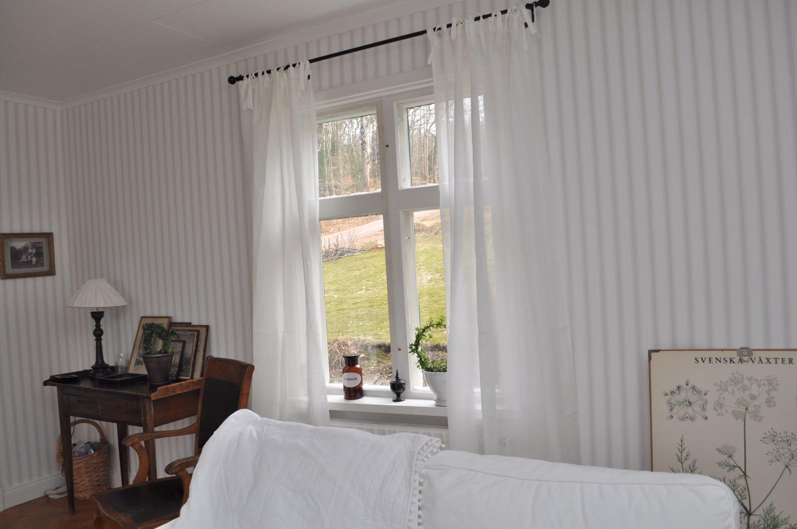 Hemma på kråkered: söndagsbilden: gardiner i fönstren!